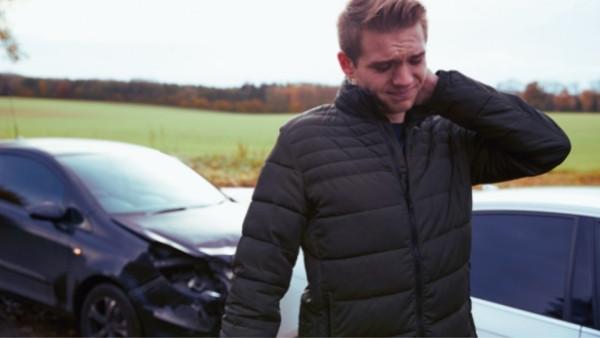 En mann som har fått whiplash etter trafikkulykke og som han senere vil kreve en trafikkskadeerstatning for